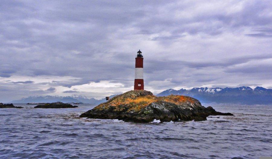 南极洲隔海相望的火地岛是世界上除南极洲外最靠南的土地,它的首府乌斯怀亚是世界上最南端的城市。乌斯怀亚位于火地岛的南部海岸,北靠安第斯山脉,面对连接两大洋的比格尔海峡。它的纬度是5449,是世界上最靠南的城市。在当地土著部落亚马纳语中,乌斯怀亚的含义是向西深入的海湾、美丽的海湾之意,比格尔水道在这里形成一个大海湾。这里距南极半岛1000公里,是南极科学家不可缺少的补给基地,包括中国在内的各国南极考察船队都在此停泊过。乌斯怀亚依山傍水,郁郁葱葱的山坡和巍峨洁白的雪山交相辉映,色调不同的各种建筑坐落在