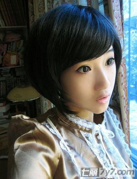 斜分的刘海,头发的颜色是黑色的,让mm看起来就像一个卡哇伊的sd娃娃.
