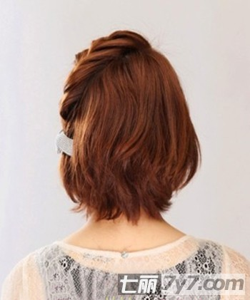 短发编发图解步骤一:将头发梳整齐