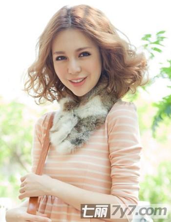 最新女生短发烫发发型图片 时尚短卷发甜美过寒冬