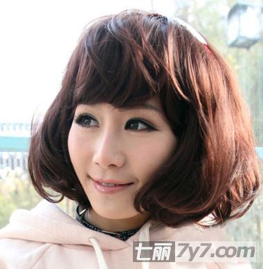 可爱韩式短卷发 小编点评:小可爱范的短卷发发型,内扣的卷度很能突显