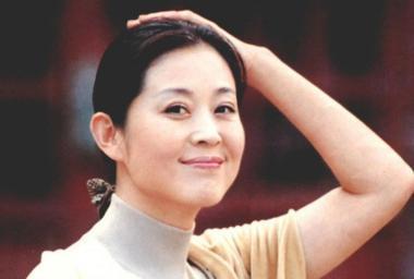 58岁倪萍全家近照,继父待17岁儿子如亲子,如今重病得愈